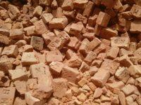 সিরাজদিখানে নিন্মমানের ইট দিয়ে চলছে রাস্তা নির্মাণের কাজ